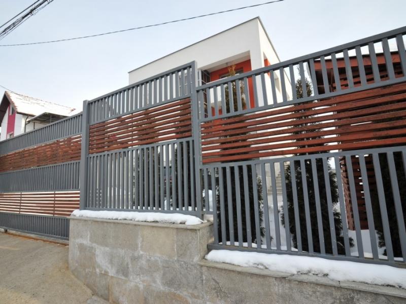 Poarta su gard din otel vopsit cu lemn baituit si lacuit