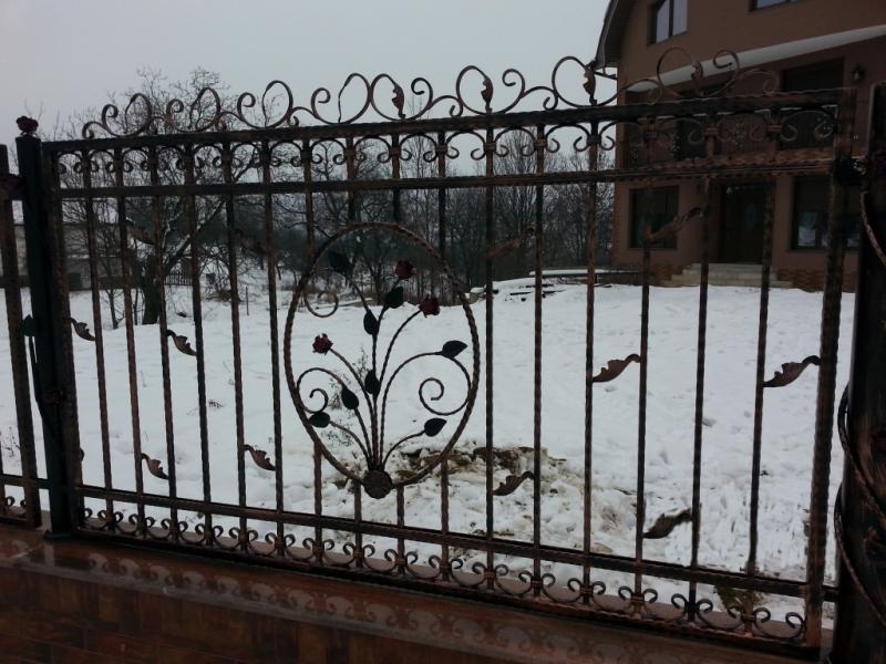 Poarta si gard din otel vopsit cu elemente de fier forjat 2