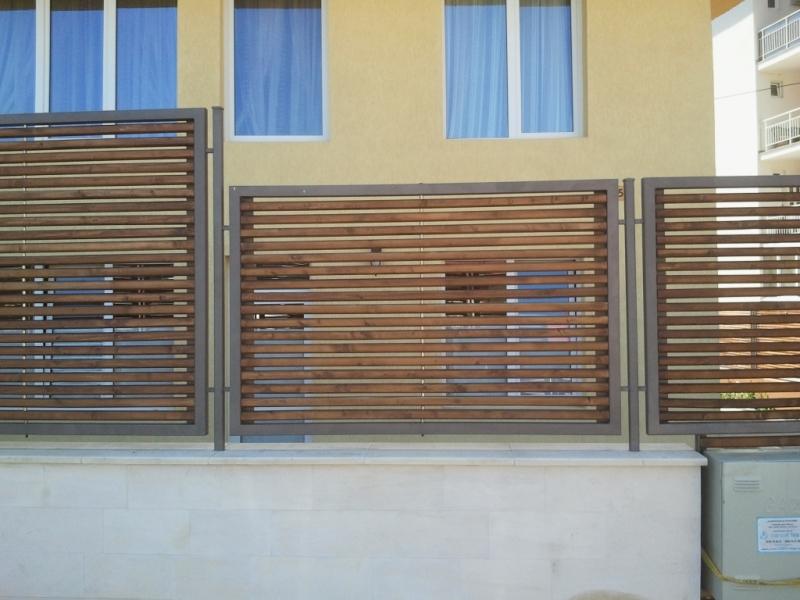 Poarta si gard din cadre de otel si rigle lemn 3