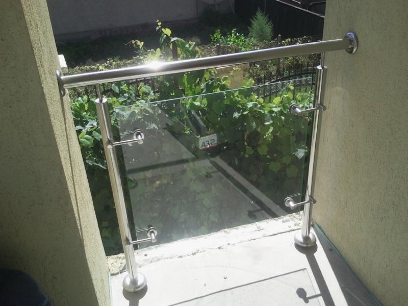 Balustrade din inox lustruit si sticla securit prinsa cu spidere din inox 2